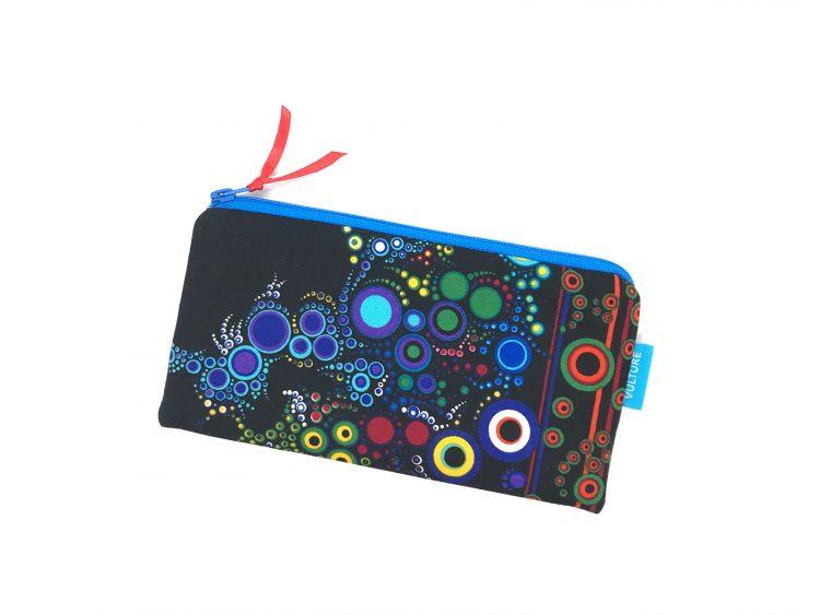 schwarze Stiftetasche mit Kugeln und Punkten