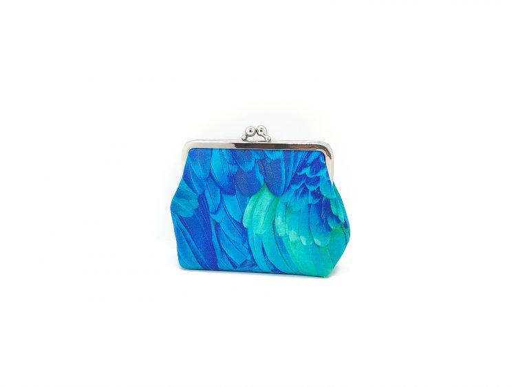 Clipbörse mit blauen Federn