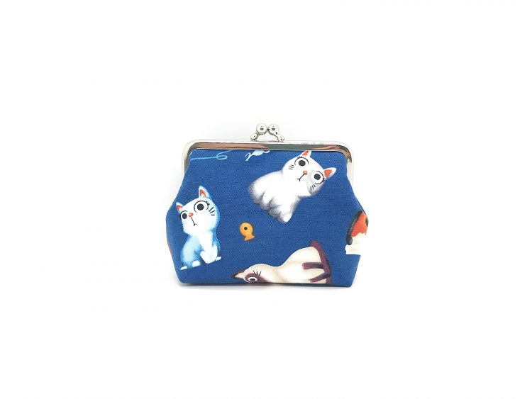 blaue Clipbörse mit Katzen